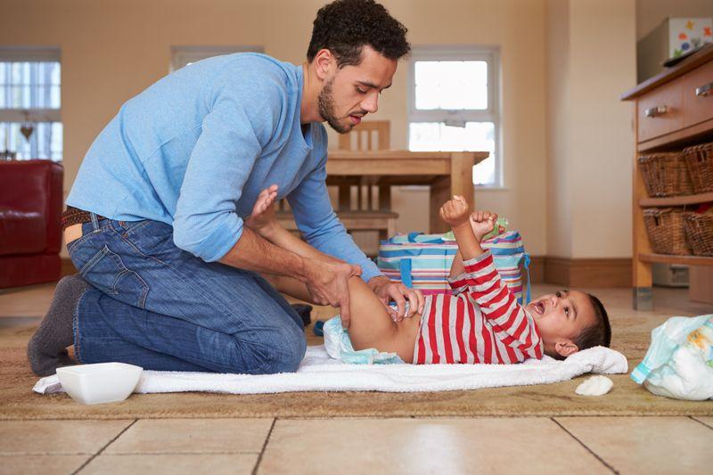 Afbeelding Vader-baby luier verschonen